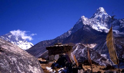Everest from Khumbu w:Ama Dablam