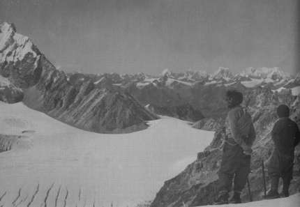 Everest 1951: Ward and head Sherpa Angtharkay looking across Tibet from the Menlung Pass.