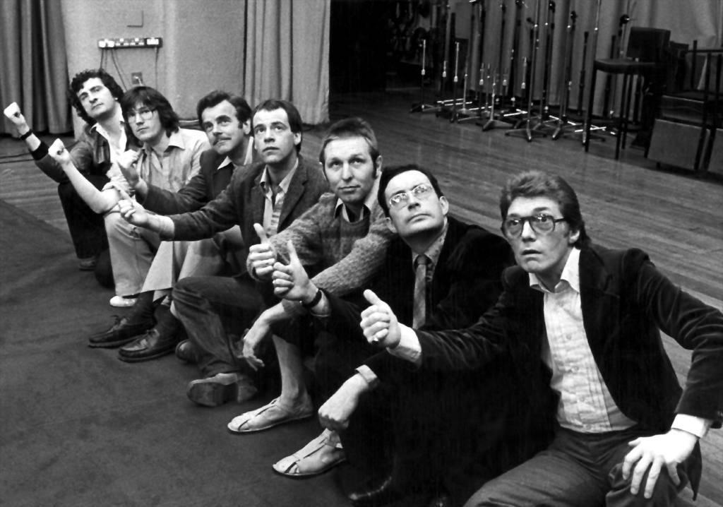 (from l. to r.) Douglas Adams, Geoffrey Perkins (producer), David Tate (Eddie etc.), Geoffrey McGivern (Ford Prefect), Mark Wing-Davey (Zaphod), Simon Jones (Arthur Dent), Alan Ford (Roosta)